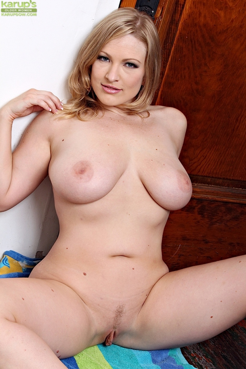 Beautiful busty naked moms amusing