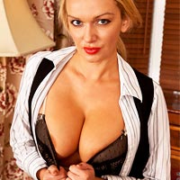 amber-jayne-spreads-in-her-stockings