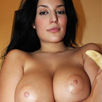 busty-bikini-vixen-carmen-croft-and-a-peeled-banana