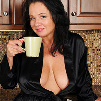 busty-housewife-pepper-anne-xposed