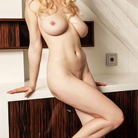 busty-naked-blonde-petra-mis-in-heels