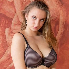Lara Ann Busty Curvy Nude Model
