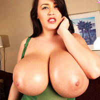 leanne-shows-big-oiled-tits